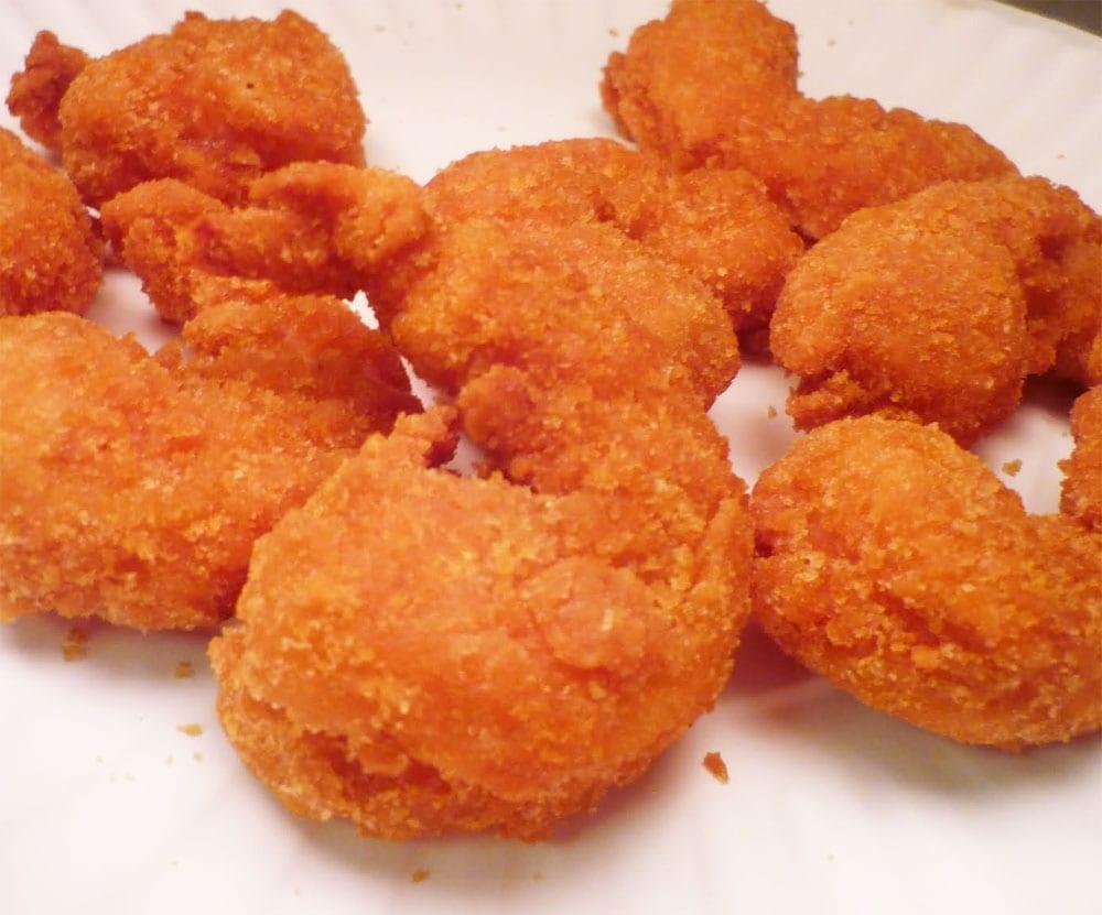 Preparando los camarones rellenos con queso crema