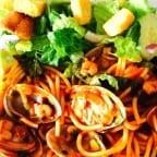 espagueti con camarones y almejas