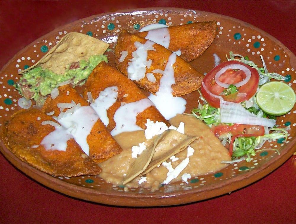Plato con enchiladas potosinas