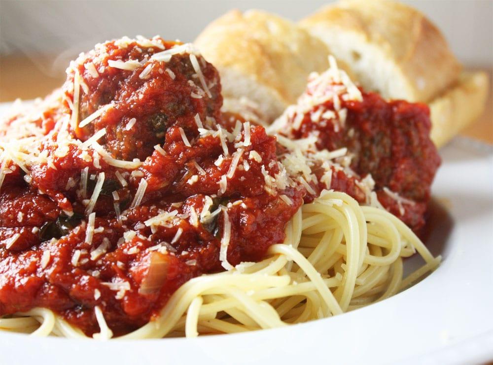 espagueti con albondigas en salsa roja