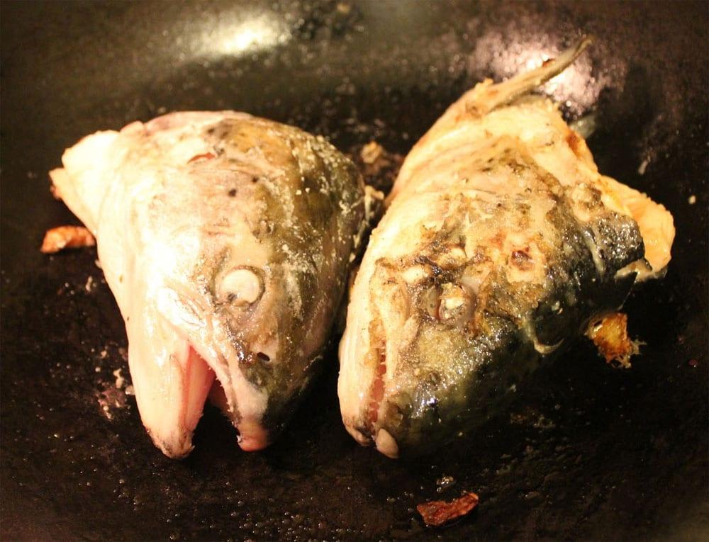 Preparando la sopa de cabeza de pescado
