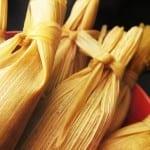tamales de pollo en mole rojo