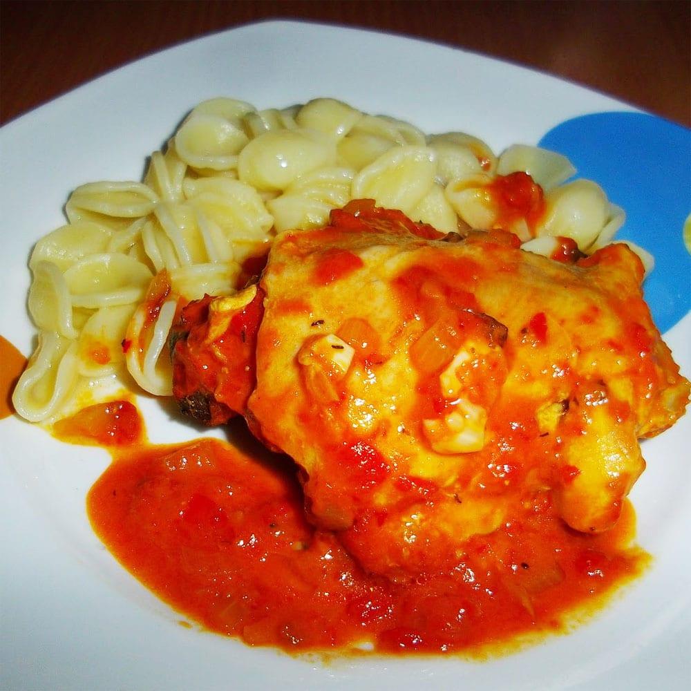 Preparando el pollo en salsa de tomate