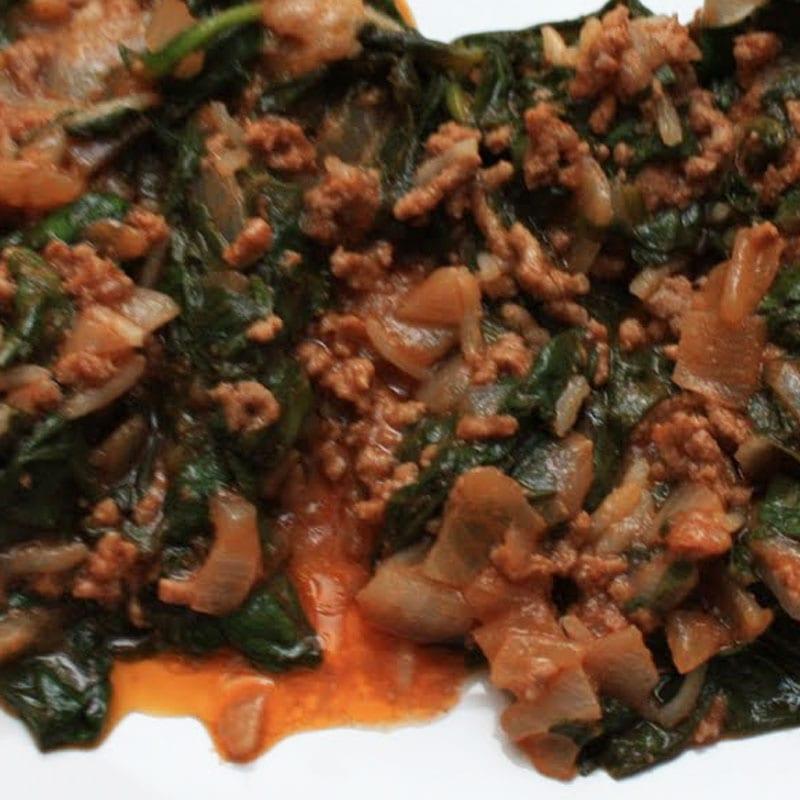 carne con espinacas
