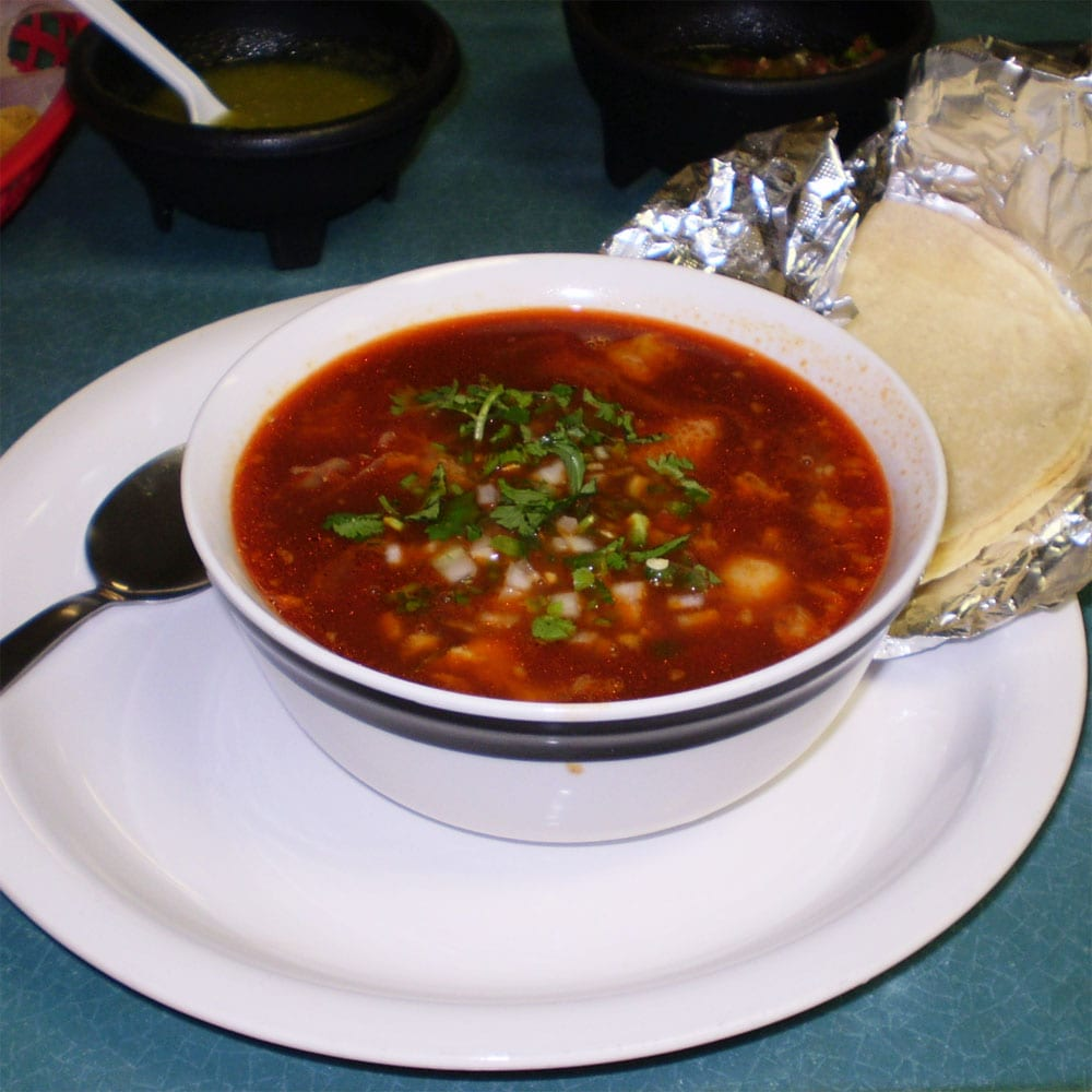 Preparando el menudo mexicano
