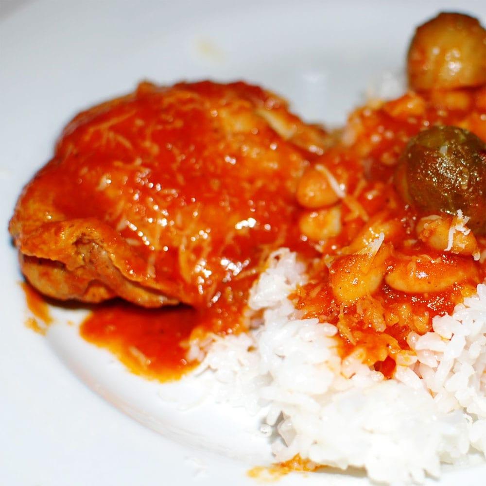Preparando el pollo en salsa roja