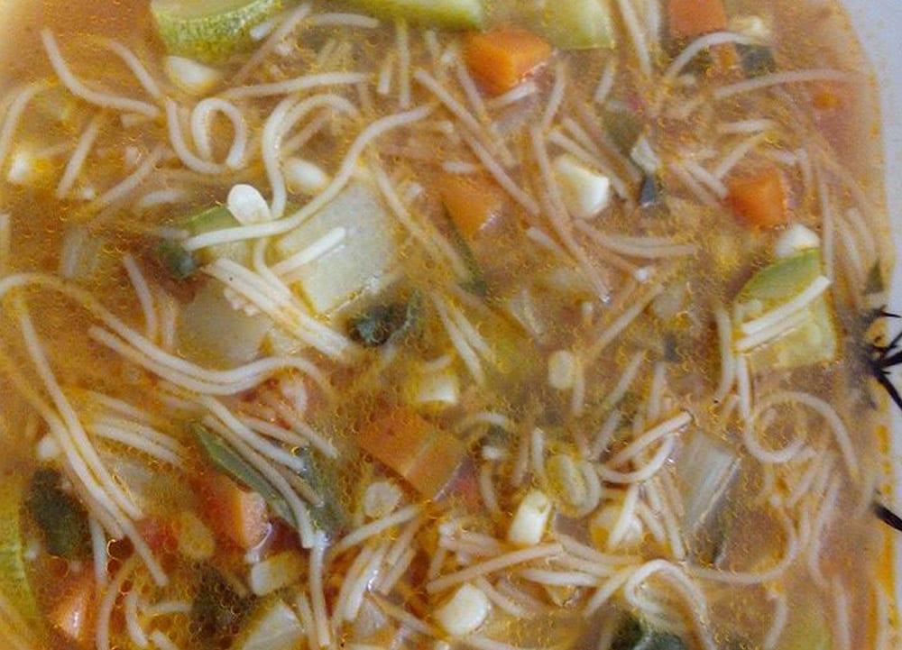 sopa de fideos con verduras