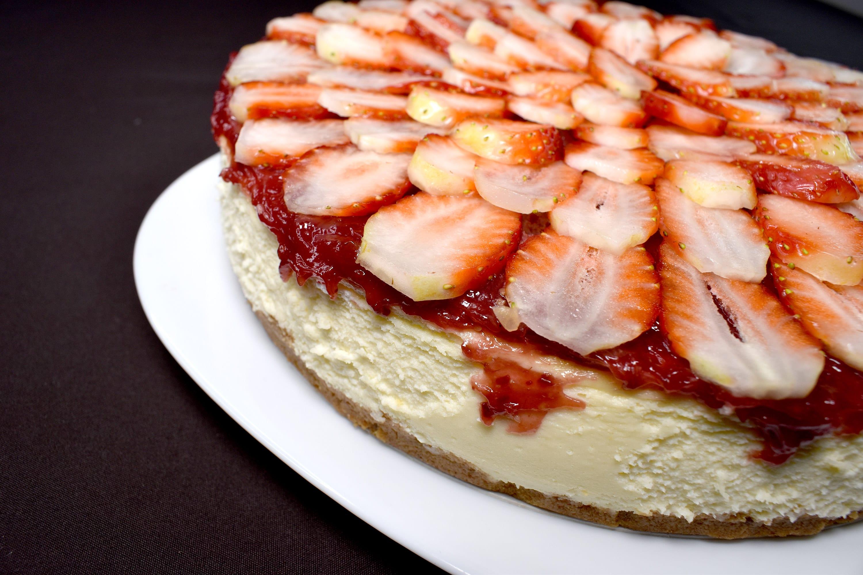 Pastel de queso con mermelada de fresas